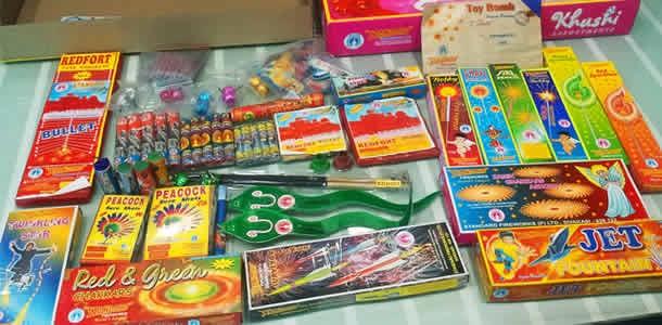 पटाखों और सजावटो की दुकाने
