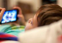 स्मार्ट फोन बच्चों को बना रहे हैं जिद्दी